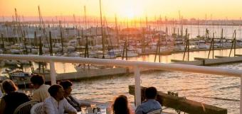 Portland webcam - Salty's on the Columbia River Seafood Grill webcam, Oregon, Multnomah County